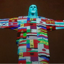 El Cristo de Rio fue iluminado con las banderas de los 166 países con contagios de Covid-19