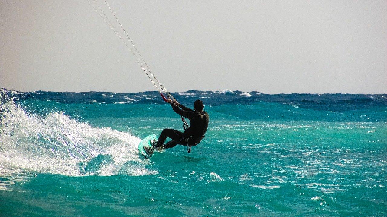 """Kitesurf, el deporte extremo que te hace """"volar"""" en el agua"""