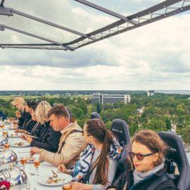 """¿Cumples años en mayo? Dinner in the sky te regala una cena """"en las alturas"""""""