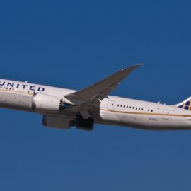 United Airlines pide a pasajeros autocertificado de salud para viajar