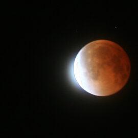 ¡No te pierdas esta noche el eclipse penumbral de luna!