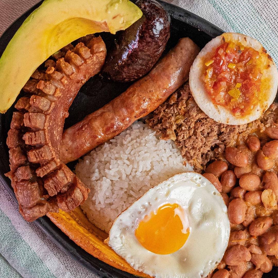 bandeja paisa platos tipicos de colombia